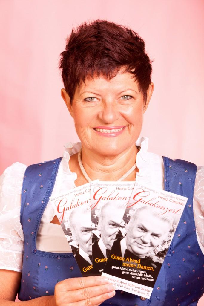 Charlotte Ludwig mit Conrads Prospekten DRUCK
